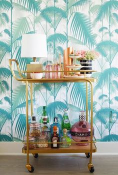 Here, you'll find 33 photos showing you how to decorate your home with tropical wallpaper—and how to do so elegantly. Because tropical wallpaper doesn't have to be tacky; in fact, it's an incredibly easy way to brighten up a space. Design Hotel, Home Design, Design Design, Mini Bars, Home Bar Decor, Bar Cart Decor, Spring Wallpaper, Tropical Wallpaper, Palm Wallpaper