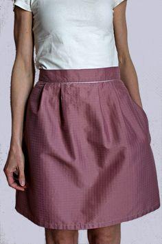 Jupe en viscose rose, plis devant et dos, biais argent à la ceinture