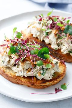 Chicken Salad Tartine Toasts with Microgreens and Crispy Chicken Skin Chicken Flavors, Chicken Salad Recipes, Bistro Food, Healthy Eating, Clean Eating, Wrap Sandwiches, How To Make Salad, Chicken Skin, Crispy Chicken