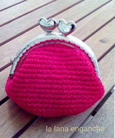 Monedero de ganchillo con boquilla redonda, perfecto para regalar:         Necesitaremos:   - una boquilla   - lana (podemos aprovechar re...