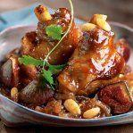 La souris est un des meilleurs morceaux de l'agneau. Elle est le plus souvent confite lentement au four afin d'obtenir une viande très tendre. Dans cette recette, elle est parfumée à l'ail, au thym, au romarin et au miel puis accompagnée de petites pommes de terre rattes fermes et savoureuses. Ce plat convivial et simple à préparer sera idéal pour un déjeuner du dimanche en famille.
