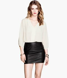 Blouse in sheer chiffon crêpe with a deep V-neck. Concealed button placket at front, discreet, decorative gathers at shoulders and cuffs, and 3/4-length sleeves. H&M