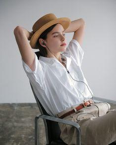 CLUÉLmagazineさんはInstagramを利用しています:「シンプルで、センスの良いモノ . いつの時代も愛される、シンプルでいてセンスの良いモノ。過剰な装飾は避けて、素材やシルエットにこだわりを見つける。センスの良い人が身に付けている服は、同じように見えてどこか違う。 . 詳しくはcluel.jpで🌱🌱 #cluel #クルーエル…」 Tomboy Look, Tomboy Chic, Fashion Pants, Girl Fashion, Fashion Outfits, Womens Fashion, Preppy Style, My Style, People Poses