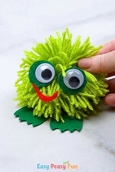 It's time to make another pom pom buddy, this time we'll be making an cute pom pom frog. This one is really easy to make so it's great for younger children to do. 2019 basteln Pom Pom Frog Craft for Kids – Pom Pom Crafts Pom Pom Crafts, Yarn Crafts, Paper Crafts, Wooden Crafts, Crafts For Kids, Diy For Kids, Diy And Crafts, Arts And Crafts, Frog Crafts