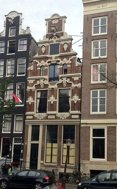 The canal house the Gecroonde Raep at Oudezijds Voorburgwal 57 in Amsterdam was built in 1615 for Eduard Emtinck from a design by architect Hendrick de Keyser. It is one of the best examples of a stepped gable in the baroque Amsterdam renaissance. Amsterdam Today, Amsterdam Houses, Amsterdam Things To Do In, Most Beautiful Cities, Beautiful Buildings, Dutch People, Dutch House, Renaissance Architecture, House Sketch