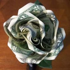 Have you ever been in a position where the only thing you can figure out to give someone as a gift is cash but it wasn't very creative enough. DIY Money Rose (tutorial, Valentine's, gift idea, origami) *Note: no paper bill or money destroyed Origami Money Flowers, Money Origami, Origami Rose, Diy Origami, Origami Gifts, Origami Jewelry, Origami Folding, Origami Paper, Paper Flowers
