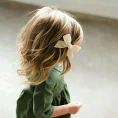 Baby girl with a bow in her hair Little Girl Fashion, My Little Girl, My Baby Girl, Toddler Fashion, Kids Fashion, Toddler Girl Hair, Blonde Baby Girl, Newborn Fashion, Fashion Wear