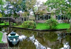 GIETHOORN - the city without streets in Holland, the Dutch Venice http://destinations-for-travelers.blogspot.com.br/2012/12/giethoorn-veneza-italiana-na-holanda.html