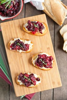 Sticky sweet roasted cranberries become the perfect topping for crostini in this holiday inspired Balsamic Cranberry Brie Appetizer. Best Thanksgiving Appetizers, Christmas Appetizers, Appetizers For Party, Christmas Parties, Brie Appetizer, Appetizer Recipes, Crostini, Brunch Dishes, Us Foods