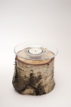 Sfeerlicht - Glazen theelichthouder geschikt voor een klein theelichtje (+/- 4cm doorsnede). Deze glazen theelichthouder is verzonken in een berkenhouten stammetje met schors - gelakt.   'Authentieke, handgemaakte interieurstukken voor huis en tuin. H.T.I. Hermans Thijs'