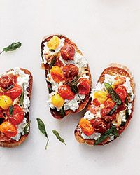 Ricotta and Roasted Tomato Bruschetta with Pancetta This is the perfect summer snack or meal: Roasting peak-season tomatoes with garlic and porky pancetta turns them into flavor bombs for topping ricotta-slathered toasts. Cold Appetizers, Italian Appetizers, Appetizer Recipes, Tomato Appetizers, Wedding Appetizers, Tomato Bruschetta, Bruschetta Recipe, Tapas, Tomato Toast Recipe