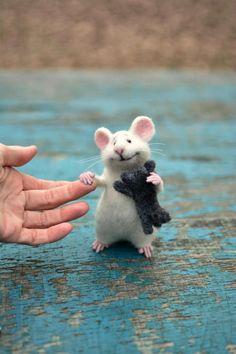 MADE TO ORDER! Mouse wool Mouse white Mouse and kitten Mouse felt Mouse animal Kitten animal Mouse needle felting Felting toy Mouse cute.Beste Freunde, Katze und Maus:) Kätzchen war nicht in den Prozess der Dreha# A Needle Felted Animals, Felt Animals, Cute Baby Animals, Needle Felting, Funny Animals, Gato Animal, Pet Mice, Felt Mouse, Cute Mouse