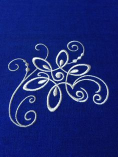 Listo para enviar! Mantel pequeño lino puro azul con cordón de lino. El bordado decora todos los rincones. Material natural 100% lino. Respetuoso del medio ambiente. Tamaño: 39 x 31, 5 (100 x 80 cm) Puede máquina de lavar preferiblemente ligero programa 40-60 grados Celsius. Material se recomienda para planchar húmedo con un tratamiento de hierro más caliente (3 puntos). Hierro del bordado de la izquierda. El brillo y la sombra de los colores pueden ser algo diferentes de lo que ves e...