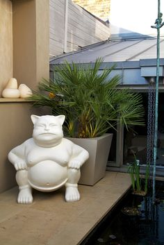 Sculpture in a #contemporary patio garden in Wandsworth Town in the #pond and outside the pond...