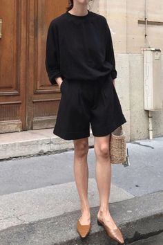 Are you looking for effortless minimalist outfit ideas to refresh your spring wardrobe? For no brainer easy mornings, we round up fifteen looks to get you inspired. Spring Outfit Women, Spring Summer Fashion, Spring Outfits, Style Summer, Spring Clothes, Casual Summer, Mode Outfits, Fashion Outfits, Fashion Trends
