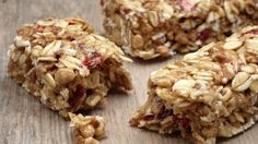 Making your own granola bars gives you the creativity to add whatever ingredients you want. We rounded up 11 granola bar recipes with honey for you to try. Granola Bar Recipe Easy, Best Granola Bars, Healthy Granola Bars, Chewy Granola Bars, Healthy Snacks, Muesli Bars, Healthy Recipes, Healthy Protein, Keto Snacks
