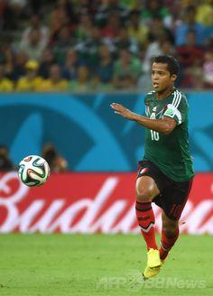 サッカーW杯ブラジル大会(2014 World Cup)グループA、クロアチア対メキシコ。ボールを運ぶメキシコのジオバンニ・ドスサントス(Giovanni Dos Santos、2014年6月23日撮影)。(c)AFP/EMMANUEL DUNAND ▼24Jun2014AFP|メキシコが快勝、決勝トーナメント進出決める http://www.afpbb.com/articles/-/3018541 #Croatia_Mexico_group_A #Brazil2014