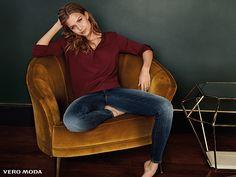 feminine Lässigkeit mit Blue Jeans und weinroter Bluse #VeroModa
