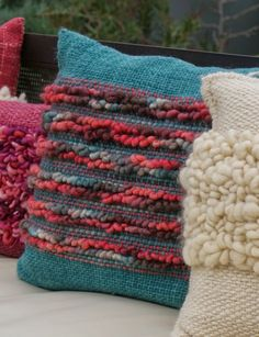 Emma - Almacén de cosas lindas: MANTAS & COJINES Weaving Textiles, Weaving Art, Tapestry Weaving, Loom Weaving, Hand Weaving, Crochet Cushion Cover, Crochet Cushions, Weaving Projects, Silk Ribbon Embroidery