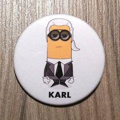 Chapa del diseñador Karl Lagerfeld en forma de por SuplementoDeModa