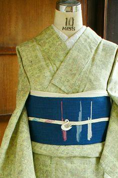 若草のような優しく淡い黄緑色の地に、東欧雑貨を思わせるような自然なぬくもりと愛らしさを感じさせてくれる装飾模様が織り出された風合い豊かな単着物です。