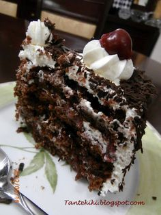 Tante Kiki: Τούρτα Black Forest με βύσσινο Cookbook Recipes, Cake Recipes, Cooking Recipes, Sweet Desserts, No Bake Desserts, Cherry Deserts, Cheesecake Cupcakes, Black Forest, Greek Recipes