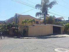 Casa de esquina con acabados de lujo en Pasaje Izote Cumbres de Cuscatlan US$ 300,000 EN VENTA