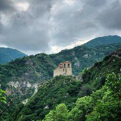 'През 1231 е изграден този град от въздигнатия от Бога Иван Асен II, цар на Българи, Гърци и други народи'. Това е причината крепоста да бъде наименувана 'Асенова крепост' и градът под нея да се казва Асеновград #bulgaria