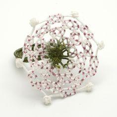 Aude Tahon  - bague fleur trèfle - Guipure de soie, peinte à la main.  Noeuds coréens maedup.