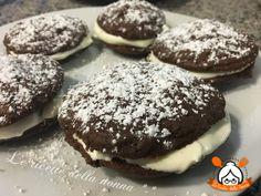 I Whoopie al cioccolato sono dolcetti semplici da realizzare ottimi per la colazione o per un mega spuntino in compagnia. Provateli!