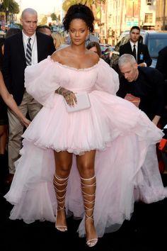 Rihanna in Giambattista Valli // Haute Couture - Spring 2017 Estilo Rihanna, Mode Rihanna, Rihanna Style, Rihanna Fenty, Rihanna Fashion, Rihanna Dress, Rihanna Outfits, Met Gala Outfits, Looks Rihanna