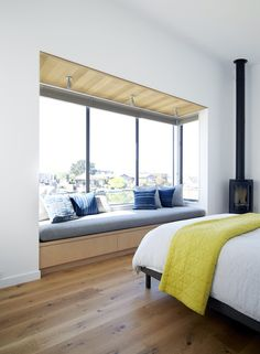 This Modern House In California Was Designed With A Hot-Tub Next To A Lagoon In this bedroom, a built-in upholstered window seat perfectly fits the length of the window and provides the perfect reading space. Home Decor Bedroom, Modern Bedroom, Modern Windows, Modern Window Seat, Window Seats With Storage, Bedroom Windows, Window Design, Modern Interior Design, Window Ideas