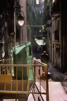 © Harry Gruyaert/Magnum Photos SPAIN. Barcelona. 2002. Side street near mercat de la Boquena.