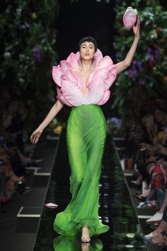 Moschino Primavera/Verano Womenswear - Fashion Week, Página 35 ( España - look Haute Couture Paris, Couture Mode, Style Couture, Couture Fashion, Runway Fashion, Fashion Trends, Fashion 2018, Latest Fashion, Fashion Tips