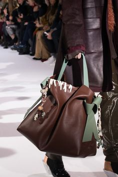 Acne Studios Fall 2017 Fashion Show Details - The Impression Stylish Handbags, Best Handbags, Fashion Handbags, Purses And Handbags, Fashion Bags, Bags 2018, Casual Bags, Leather Design, Leather Accessories