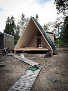 30 maj: smidesvirtousen Per Lundgren in action – glasfasad förbereds. / May 30: preparing for full glass facade