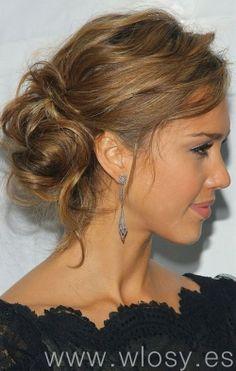 Luźne upięcie, fryzura na randkę - Jessica Alba