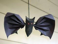 Morcegos de papel para festa infantil. Aprenda como confeccionar um móbile de morcegos de papel e chame a garotada para te ajudar neste artesanato! Na hora de fazer algo bem lindo para decorar o quarto dos guris, utilize este artesanato reciclado!