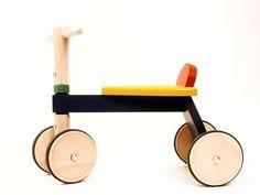 Loopfiets van beukenhout in vrolijke kleurtjes, met niet–strepende rubberen banden om de wielen. Zeer goed afgewerkt hout, en soepel lopende draaischarnieren. Afm: 23 cm zithoogte