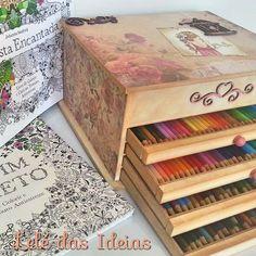 Caixa organizadora de lápis de cores em mdf com decoração em Scrap Decor. Para quem curte o Jardim secreto e outros livros do gênero é indispensável ter um desses!