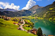Holy fricken gorgeous. (Grindelwald, Switzerland)