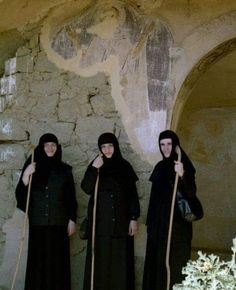 Orthodox nuns and an ancient painting. Orthodox Priest, Orthodox Christianity, Nuns Habits, Russian Orthodox, Christian Faith, Real Women, Jesus Christ, Worship, Sisters
