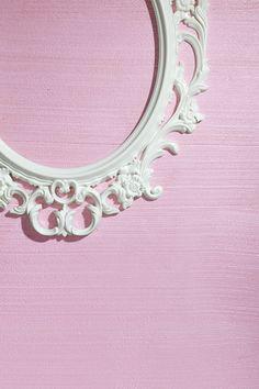 Delikatna, urzekająca przestrzeń w tonacjach różu i bieli to idealna propozycja dla romantyczki.  Pełne kobiecego wdzięku wnętrze zyskało nutę tajemniczości dzięki subtelnemu blaskowi ściennej dekoracji.