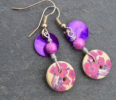 Boucles d'oreilles, boutons bois fleurs roses et violettes et nacres - Bijoux fantaisie TessNess : Boucles d'oreille par tessness