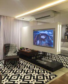 Painel de TV em laca com espelhos e lareira ecológica que amamos! Não dá vontade de sair de casa. #nosso #laca #móveis #marcenaria #obra #design #arquitetura #decoração #interiores