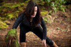 Esme (Elizabeth Reaser) takes a defensive position in The Twilight Saga - Breaking Dawn Part Twilight Film, Twilight Poster, Twilight Saga Series, Twilight Breaking Dawn, Twilight Cast, Breaking Dawn Part 2, Twilight New Moon, Twilight Wedding, The Cullen