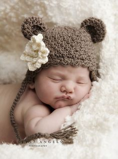 This charming bear hat is cute and cozy for your little one. It makes up quicky, but still looks so cuddly. This is the perfect prop for newborn photos! It's also very popular with my toddlers. Includes sizes from newborn through age Bonnet Crochet, Crochet Teddy, Crochet Baby Booties, Crochet Dolls, Knit Crochet, Crochet Hats, Flower Patterns, Accessoires Photo, Baby Shoes