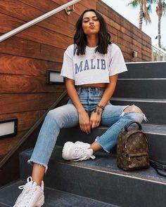 Musa do estilo: Michelle Infusino - T-shirt branca cropped estampada, calça jeans com rasgo no joelho, destroyed, tênis branco Teen Fashion Outfits, Mode Outfits, Swag Fashion, Fashion Ideas, T Shirt Outfits, Airport Outfits, Tumblr Outfits, Fashion Hacks, Fashion Tips