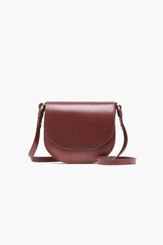 Saddle bag made of Italian cowhide, vegetable tanned – takes on authentic patina after time and wearing. Adjustable shoulder strap. Leather pocket at the back and inside..