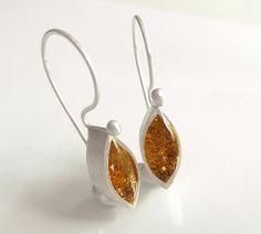 Diese Ohrringe aus 925 Sterlingsilber und edlem Blattgold, sind ein exklusiver Hingucker. Die Ohrringe sind von mir entworfen und handgeschmiedet. Die Oberfläche habe ich satiniert und...